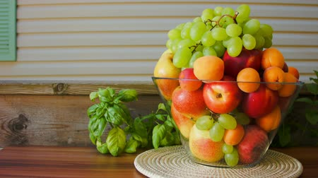 nektarinka : Camera movement to fresh fruit in a large glass vase