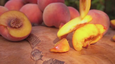 şeftali : Peach slices falling on the wooden board Stok Video