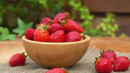 nutrição : Fresh strawberries in a bowl on a wooden table