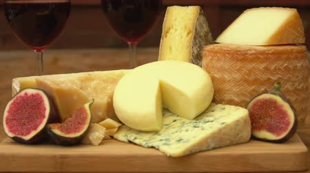 puré : Panorama of pieces French of cheese, red wine and figs on a wooden table Stock Footage
