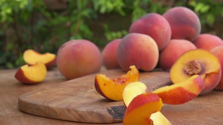 segmento : Peach slices falling on the wooden board Stock Footage