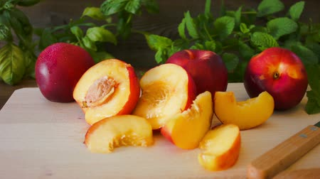 нектарин : Ripe tasty nectarine on the wooden board on the table