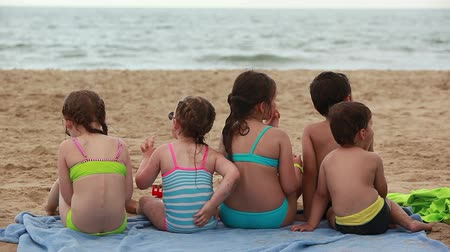 inflável : Children eat sandwiches on the beach. Stock Footage
