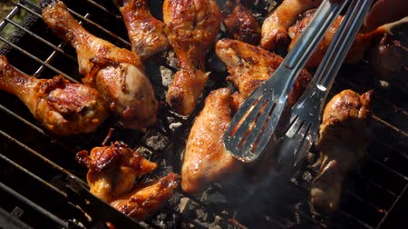 picante : Close-up chicken legs roasted on a grill outdoors
