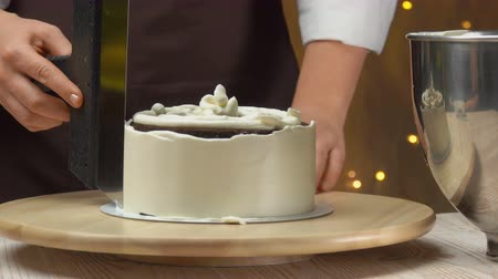 geçiştirmek : Chef level the cream on the cake with cheese souffle with a kitchen spatula Stok Video