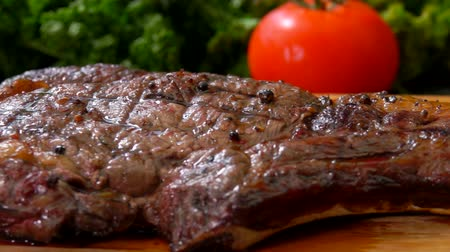 borrifar : Panorama of the finished juicy steak, lying on a wooden cutting board Stock Footage