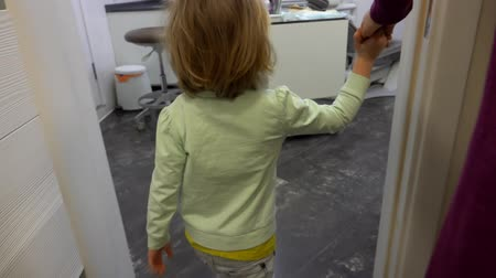 ortodonta : Mom brought the girl to the dentists office for an examination