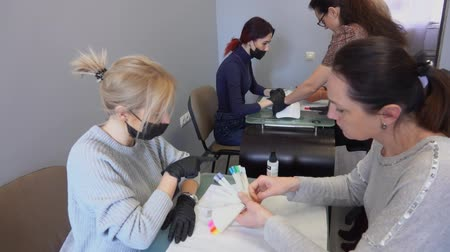 küfelik : Manicurist together with the client chooses the color of nail polish. Retraining courses.
