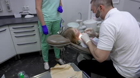 zbělit : Dentist conducts a routine examination of the childs oral cavity