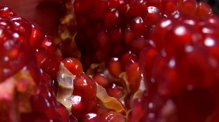 гранат : Grains of large juicy red pomegranate close-up
