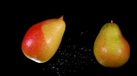 fruité : Two juicy tasty pears collide with each other on a black background Vidéos Libres De Droits