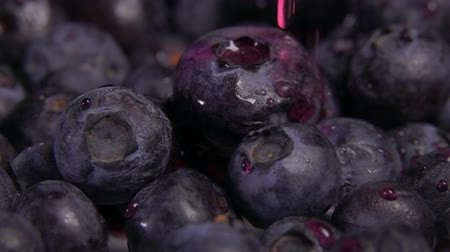 antioksidan : Close up of water drops falling on large ripe tasty blueberries