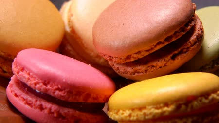миндальное печенье : Close-up of tasty sweet french pink and yellow colored macaroons