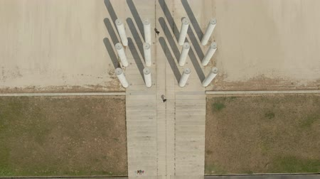 двенадцать : Modern minimalist architectural composition of twelve columns de Saint-Christophe in in the city of Cergy-Pontoise, France. Aerial shot of the stairs and of the twelve columns de Saint-Christophe Стоковые видеозаписи