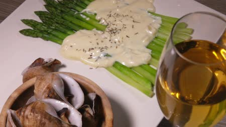 пармезан : Panorama of a Mediterranean dinner: sea escargot snails, asparagus under cheese sauce with Provencal herbs and white wine. Traditional French cuisine