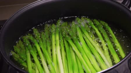 asperges : Stems of green asparagus are lying in a pot of boiling water. Making Healthy Diet Food Stockvideo