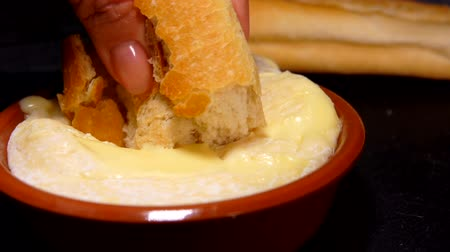 laktóz : Baguette is dipped in preheated soft Saint-Felicien cheese in small ceramic pot