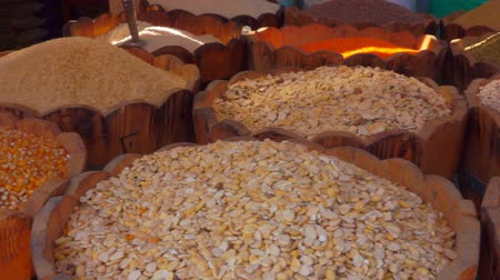 腎臓 : Different types of legumes are in wooden barrels on the Eastern market