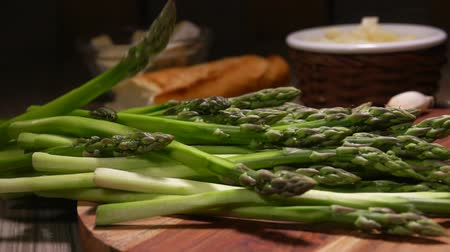 espargos : Panorama of peeled green asparagus spears lying on a wooden board