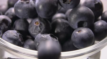 vitamine c : Close up of a big juicy blueberries roll from the glass bowl