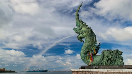 змей : King of nagas statue spray water