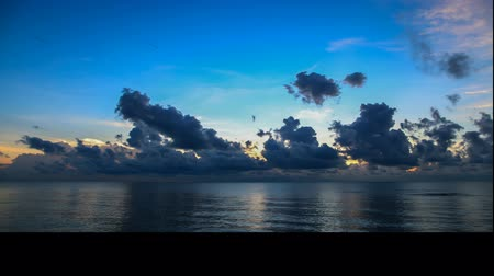 tempestade : Beautiful sunrise seascape and cloud, TimeSlaps Vídeos