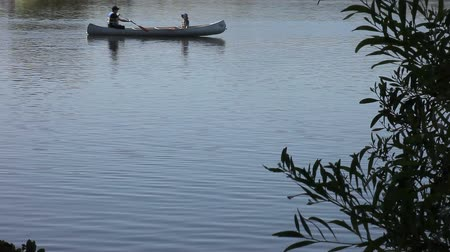 kano : a father and son in a canoe on a lake with copy space Stok Video
