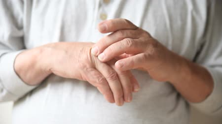 arthritis : a man experiences pain in his fingers