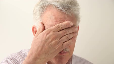 irritáció : senior man with glasses experiencing fatigue and blurry vision