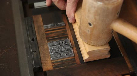text knihy : letterpress printer makes sure his type is secure for printing Dostupné videozáznamy