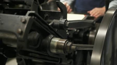 máquina : a man operates an antique letterpress machine Stock Footage