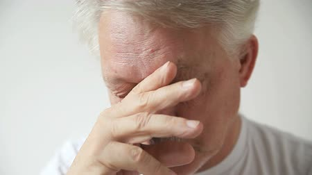 uykulu : Senior man shows signs of fatigue and eyestrain.