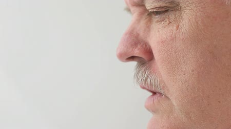perfil : older man speaking