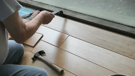 ajoelhado : Man puts in laminate flooring DIY. Vídeos