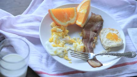 çatallar : Senior man with a hearty breakfast of bacon, eggs and orange sections