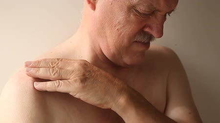 mračící : Older man has an aching joint