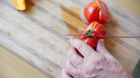 deska do krojenia : A man cuts up a ripe tomato with room for text