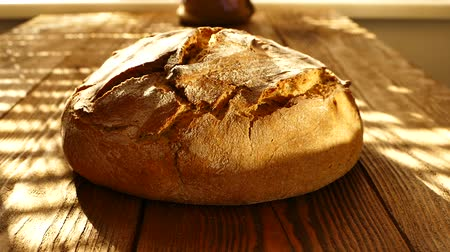 farinha : Fresh bread on the table.
