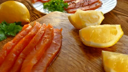 pisztráng : Cut salmon fillets on a cutting board and spread on a plate. Tasty salmon fillets are sprinkled with spices. Fat Norwegian fish. Omega 3 Stock mozgókép