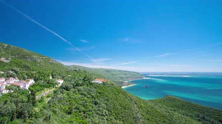 джакузи : beach bay in Portinho da Arrabida with turquoise water, green hills and houses, Portugal timelapse 4K
