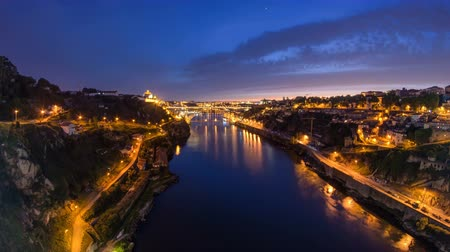 долина : Day to Night transition view of the historic city of Porto, Portugal timelapse with the Dom Luiz bridge 4K fisheye