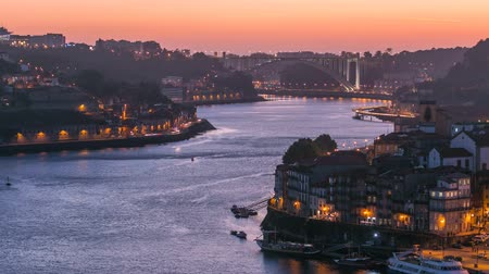 долина : Day to Night transition view of the historic city of Porto, Portugal timelapse from the Dom Luiz bridge 4K