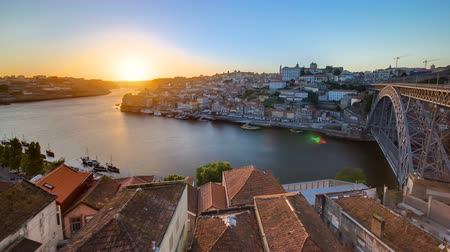 portugalsko : Panorama old city Porto at river Duoro, with Port transporting boats at sunset timelapse with the Dom Luiz bridge,  Oporto, Portugal 4K Dostupné videozáznamy