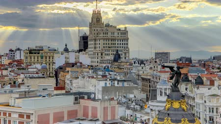 madryt : Telefonica Building is a Manhattan-style skyscraper at Gran Via timelapse, Madrid, Spain.  Telefonica Building is the tallest building in downtown Madrid built in 1920s.