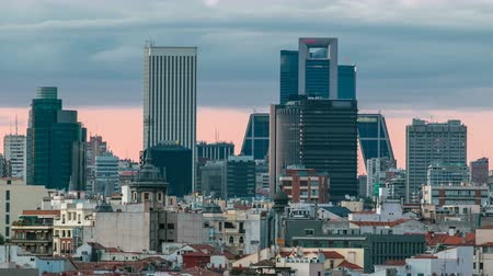 madryt : Madrid Skyline at sunset timelapse with some emblematic buildings such as Kio Towers Wideo