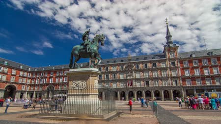 madryt : Statue of Philip III timelapse hyperlapse at Mayor plaza in Madrid in a beautiful summer day, Spain