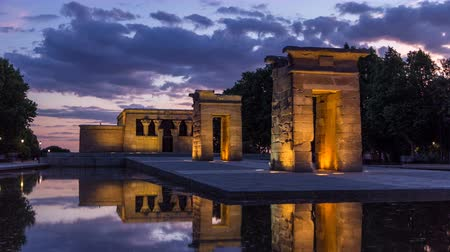 madryt : Sunset over the Templo de debod timelapse. The Temple of Debod is an ancient Egyptian temple which was rebuilt in Madrid, Spain.