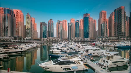 эмираты : Dubai Marina at early morning hour timelapse with yachts