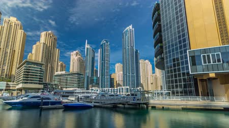 Zicht op Dubai Marina Towers in Dubai in dagtijd timelapse hyperlapse Stockvideo