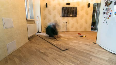 паркет : carpenter worker installing wood parquet board during flooring work timelapse Стоковые видеозаписи